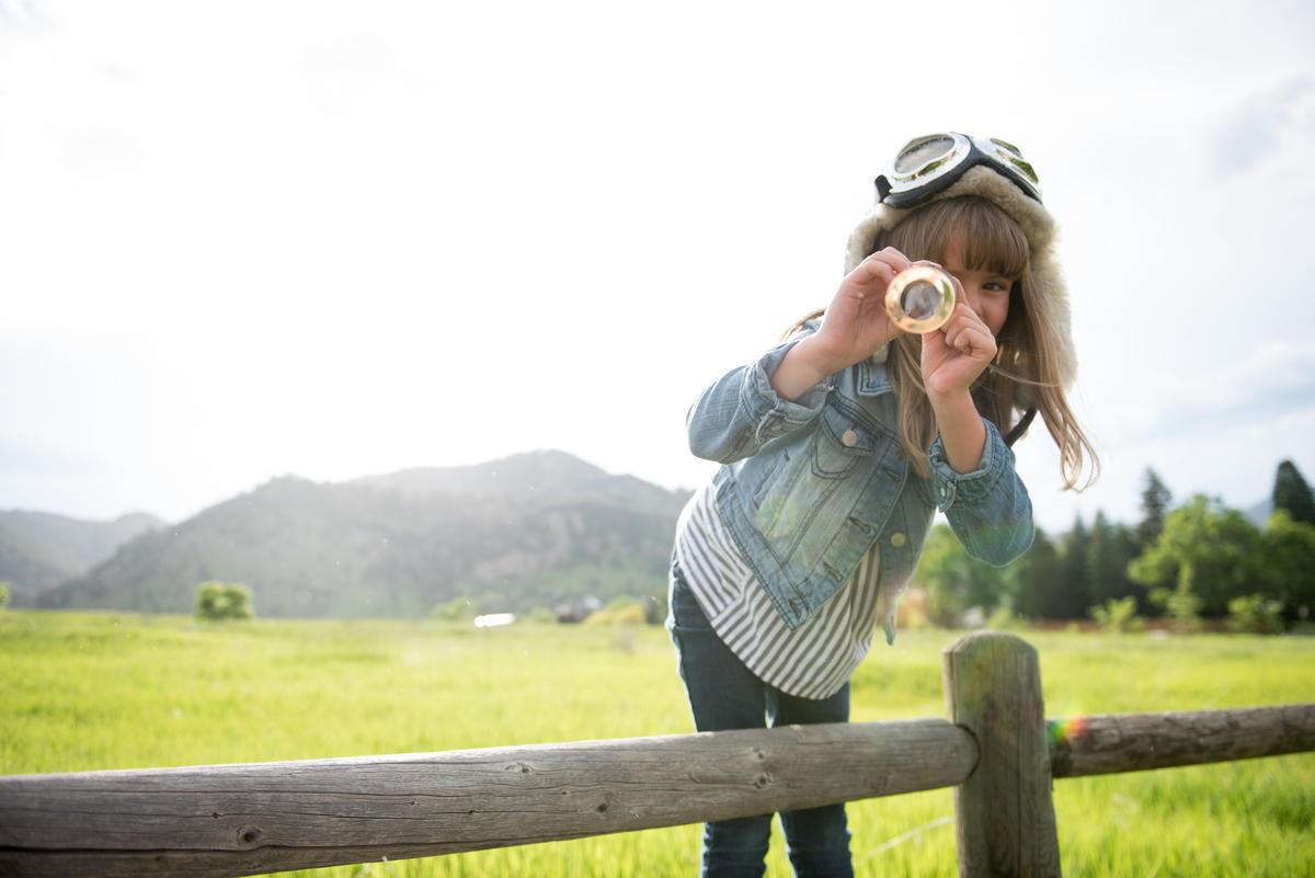 女の子が望遠鏡を覗いている