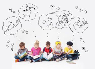 子供たちがイラストを考えている