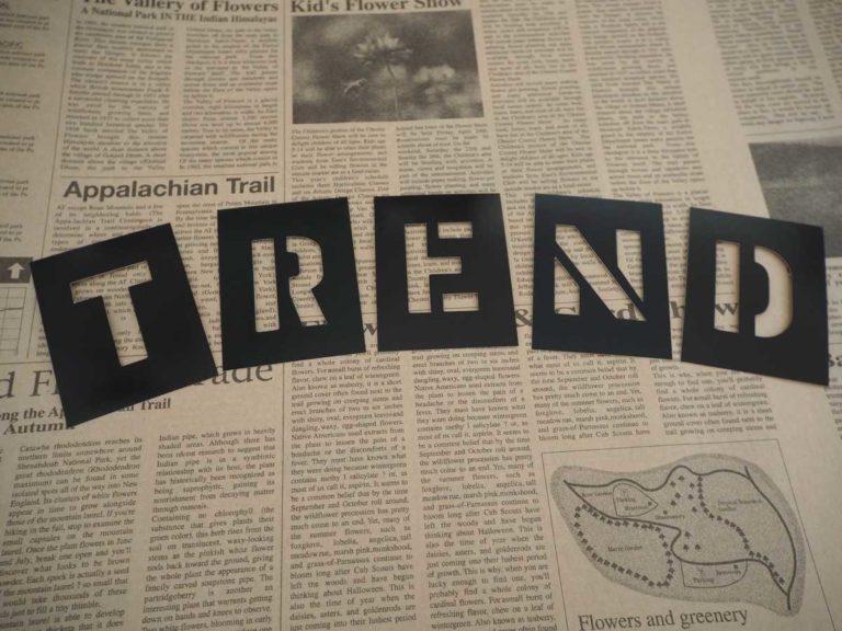 新聞紙の上にトレンドと書かれている