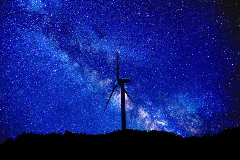 夜空と風力発電