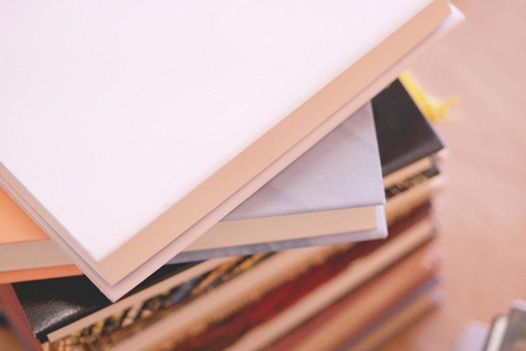 本が積み重ねられている